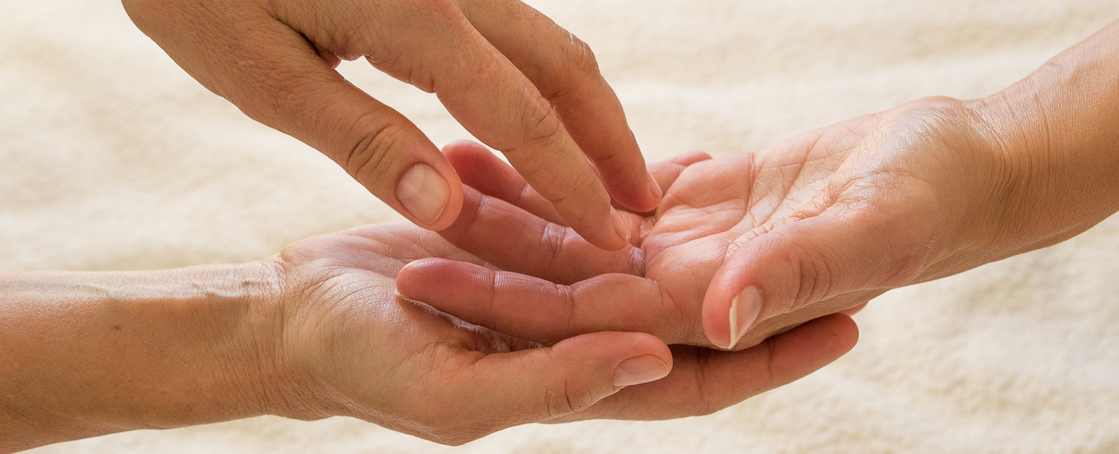 toucher massage main